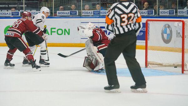 Динамо (Рига) пропускает шайбу в овертайме от Трактора - Sputnik Латвия