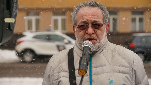 Иосиф Корен на пикете у здания литовского посольства в Риге в поддержку арестованного в Вильнюсе литовского политика Альгирдаса Палецкиса - Sputnik Латвия