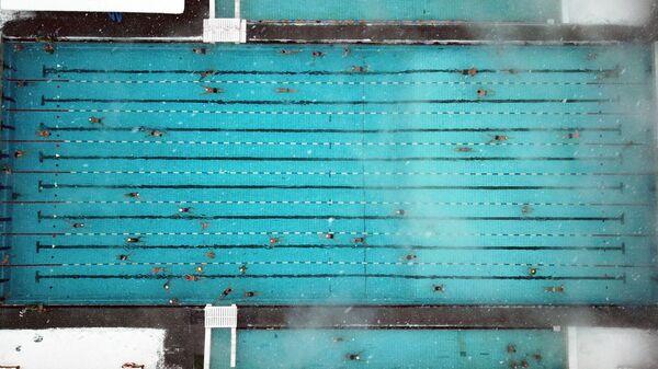 Посетители зимой в бассейне под открытым небом Чайка в Москве - Sputnik Латвия