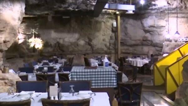 Ресторан в палеогеновой пещере - видео - Sputnik Латвия