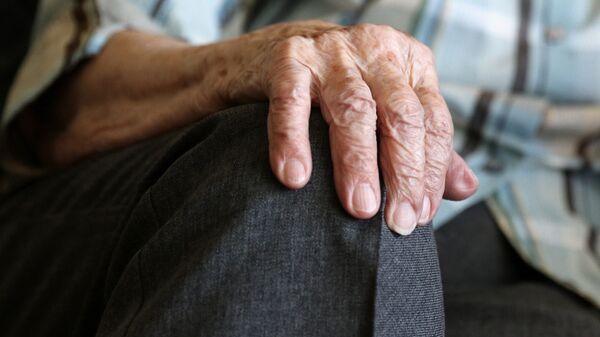 Рука пожилой женщины - Sputnik Latvija