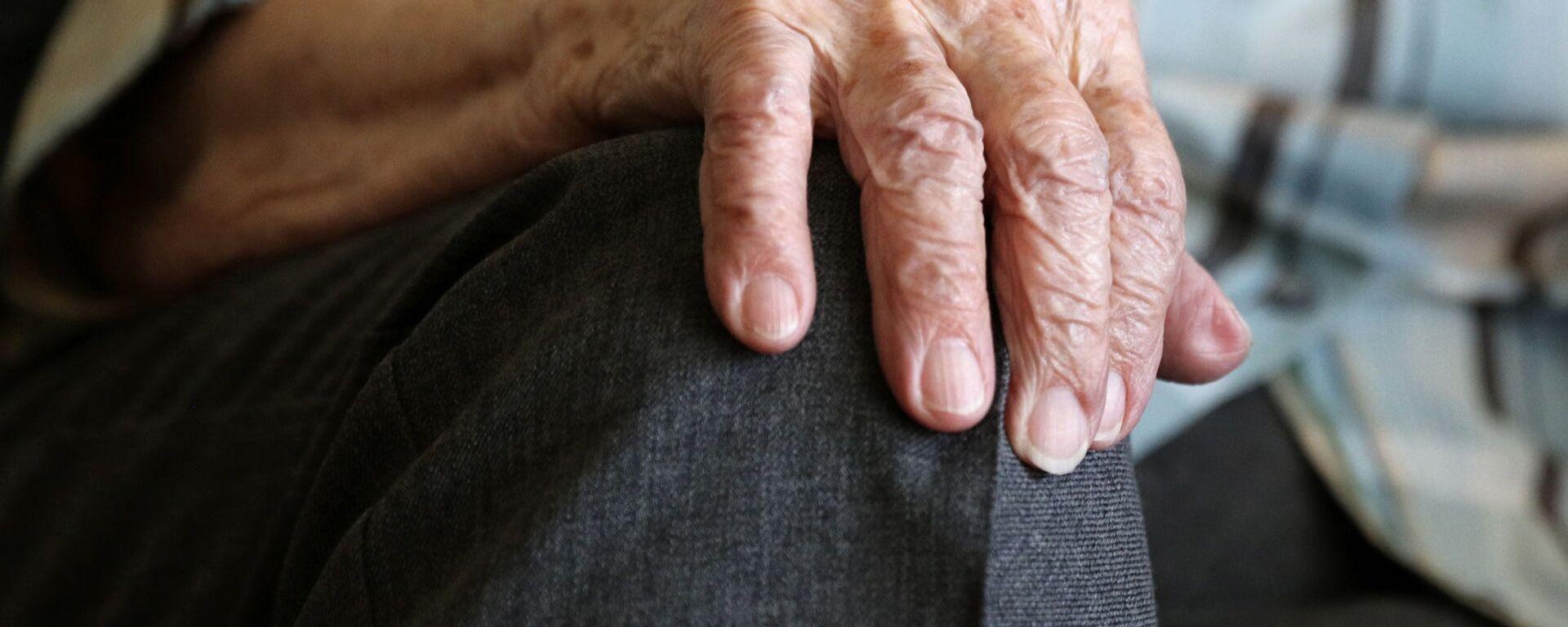 Рука пожилой женщины - Sputnik Latvija, 1920, 05.08.2021