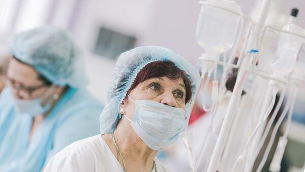 Медсестра во время процедуры - Sputnik Латвия
