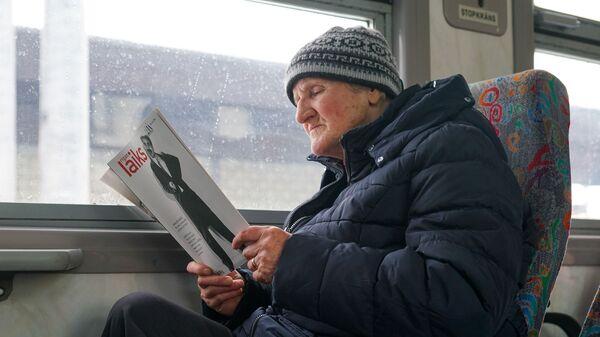 Латвиец читает журнал в поезде - Sputnik Latvija
