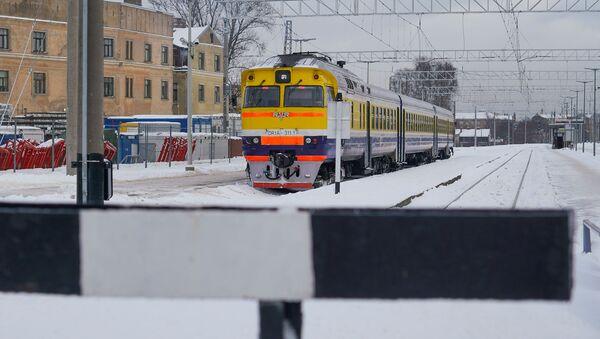 Дизельный поезд АО Pasažieru vilciens  на Рижском железнодорожном вокзале - Sputnik Латвия