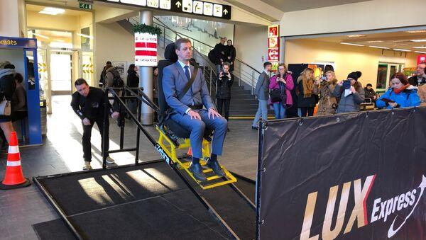 Катапульта - кресло, в котором каждый может почувствовать, что происходит с пассажиром при резком торможении автобуса - Sputnik Латвия