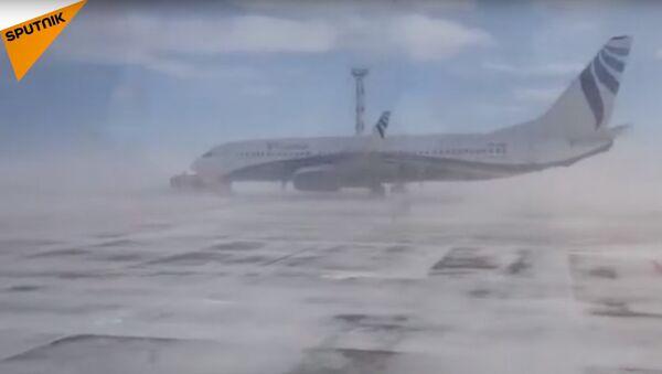 В аэропорту Норильска сильным ветром развернуло «Боинг» - Sputnik Латвия