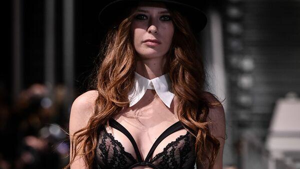 Modele defilē modes šova Lingerie Rocks ietvaros Parīzē. - Sputnik Latvija