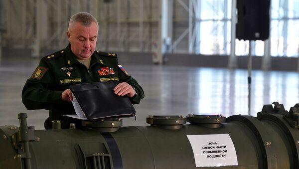 Начальник РВиА ВС РФ генерал-лейтенант Михаил Матвеевский и фрагмент ракеты 9М729 комплекса Искандер-М - Sputnik Latvija