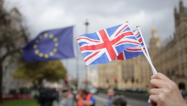 Флажки Британии и флаг ЕС еа фоне парламента в Лондоне - Sputnik Latvija