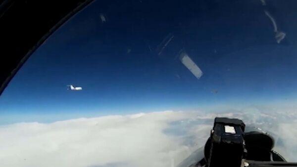 Кадры перехвата российским Су-27 самолета ВВС Швеции - Sputnik Латвия