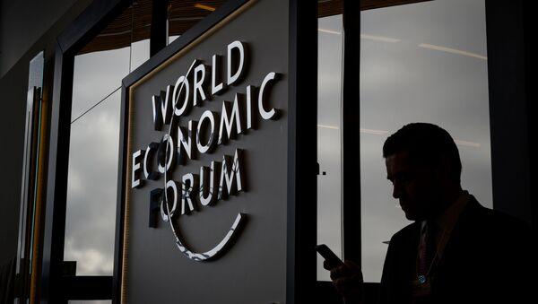 Логотип ежегодного Всемирного экономического форума в Давосе - Sputnik Latvija
