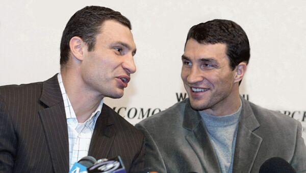 Известные боксеры-тяжеловесы братья Виталий (слева) и Владимир Кличко - Sputnik Latvija