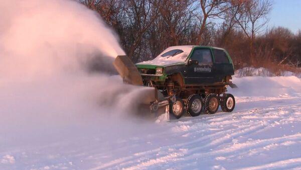 Мастер из Курска собрал снегоуборочный комбайн - Sputnik Латвия