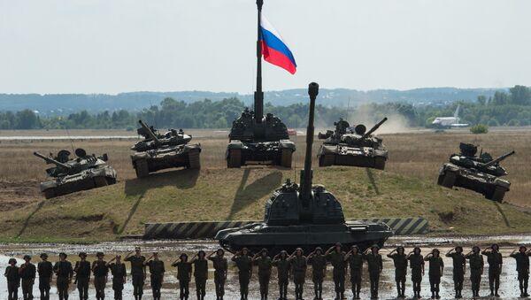 Танки Т-90 и Т-80 и самоходная гаубица Мста-С - Sputnik Latvija