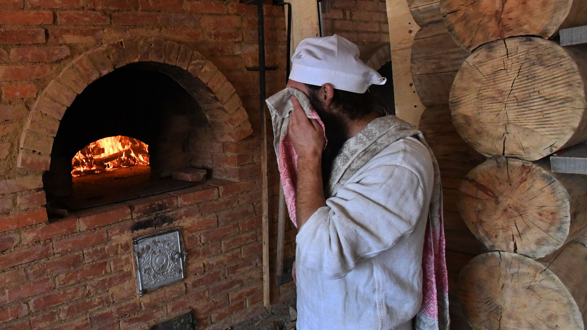 Пекарь Павел Русов в пекарне Хлеб-отец - Sputnik Латвия, 1920, 29.09.2021
