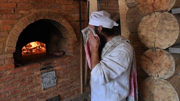 Пекарь Павел Русов в пекарне Хлеб-отец - Sputnik Латвия