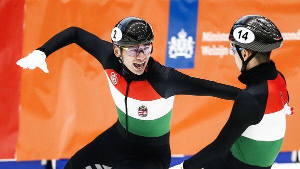 Венгерский шорт-трекист Шаолинь Шандор Лю (справа) на чемпионате Европы по шорт-треку 2019 года в Дордрехте (Нидерланды) - Sputnik Латвия