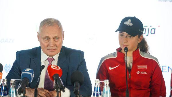 Президент Латвийского теннисного союза Юрис Савицкис и Алена Остапенко - Sputnik Латвия