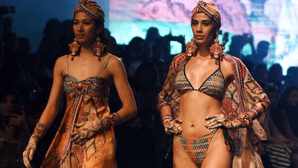 Модели представляют коллекцию Rajdeep Ranawat на Lakme Fashion Week в Мумбаи, Индия - Sputnik Латвия