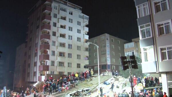 Разбор завалов обрушившегося дома в Турции - видео - Sputnik Латвия