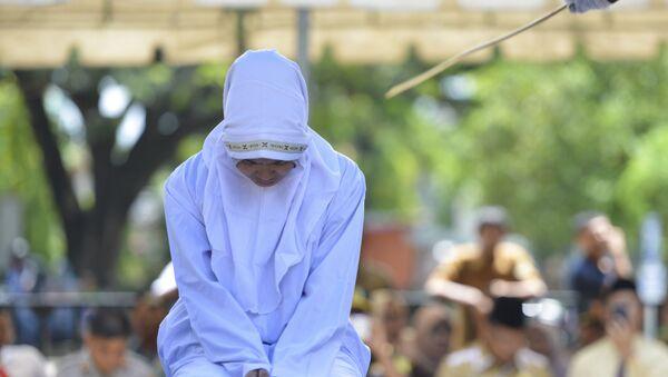 Мусульманка подвергается наказанию по закону шариата  - Sputnik Латвия