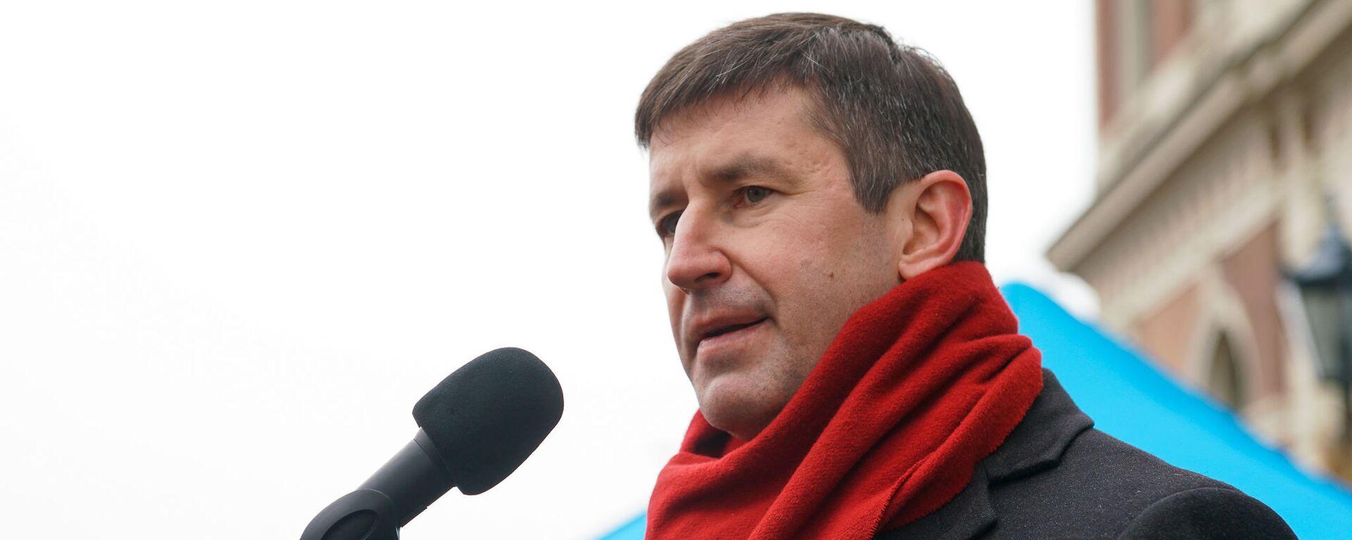 Вячеслав Домбровский на митинге на Ратушной площади в поддержку мэра города Нила Ушакова - Sputnik Латвия, 1920, 25.08.2021