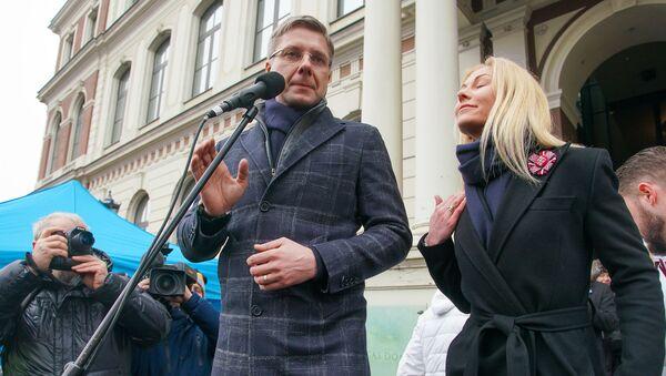 Мэр Риги Нил Ушаков с супругой Иветой Страутиней-Ушаковой во время митинга на Ратушной площади - Sputnik Latvija