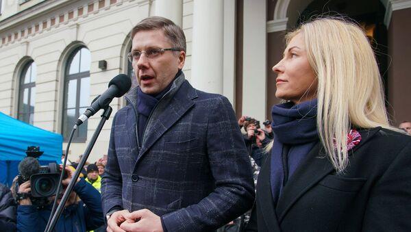 Мэр Риги Нил Ушаков с супругой Иветой Страутиней-Ушаковой во время митинга на Ратушной площади - Sputnik Латвия