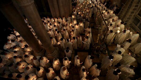 Римские католические священнослужители  в Великий четверг в церкви Гроба Господня в Старом Иерусалиме - Sputnik Латвия