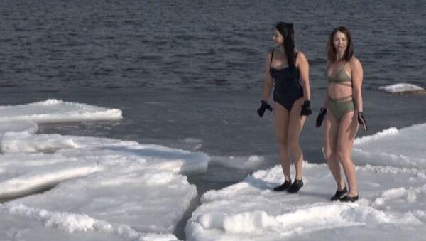 Девушки купаются в ледяном море - видео - Sputnik Latvija