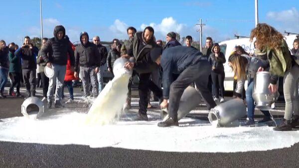 Фермеры залили дорогу молоком - видео - Sputnik Латвия