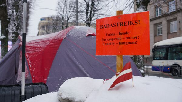 Айнарс Кадишс проводит голодовку у здания кабинета министров в Риге - Sputnik Латвия