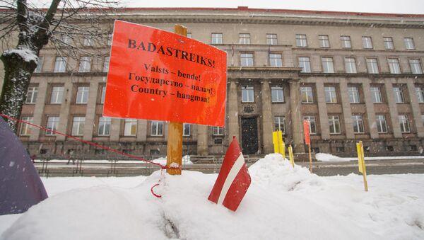 Айнарс Кадишс проводит голодовку у здания кабинета министров в Риге - Sputnik Latvija