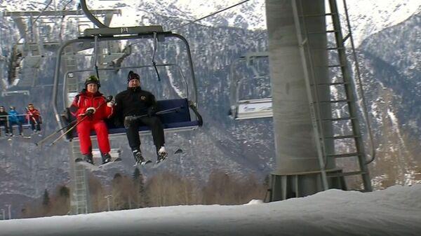 Путин и Лукашенко покатались на горных лыжах в Сочи - Sputnik Latvija