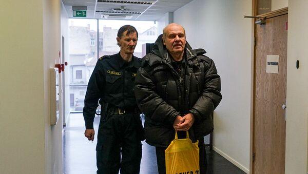 Подозреваемый в шпионаже в пользу РФ Олег Бурак в здании суда в Риге - Sputnik Латвия