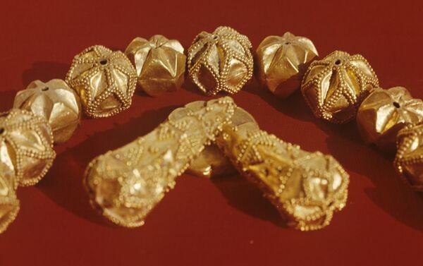 Золотое ожерелье, украшенное чернью - Sputnik Латвия