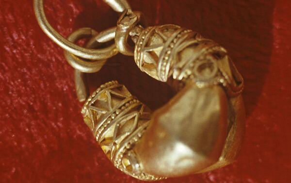 Золотая серьга, украшенная чернью - Sputnik Латвия