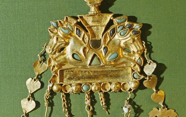 Золотая подвеска с изображением лошадиных голов, гривы которых инкрустированны бирюзовыми и лазоритовыми вставками - Sputnik Латвия