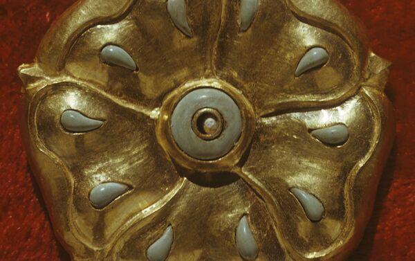 Золотая бляшка, инкрустированная бирюзовыми вставками - Sputnik Латвия