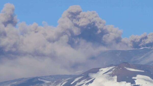 Проснувшийся вулкан Этна в Сицилии - Sputnik Латвия