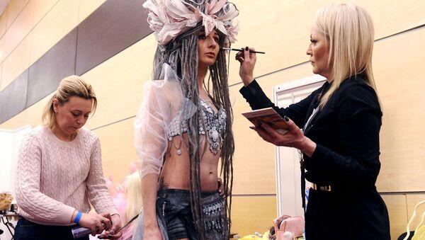 Модели поправляют макияж во время чемпионата России по парикмахерскому искусству в Ростове-на-Дону - Sputnik Латвия
