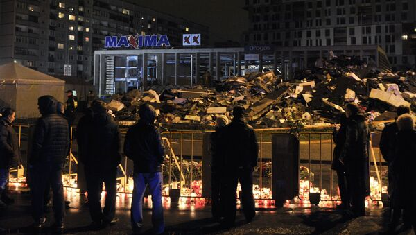 Горожане возлагают цветы и зажигают свечи на месте трагедии в Риге - Sputnik Латвия