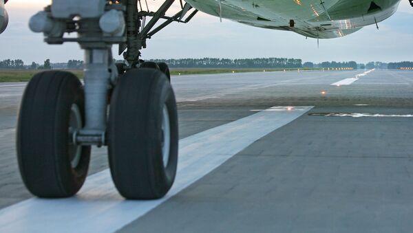 На взлетно-посадочной полосе аэродрома. Архивное фото - Sputnik Латвия