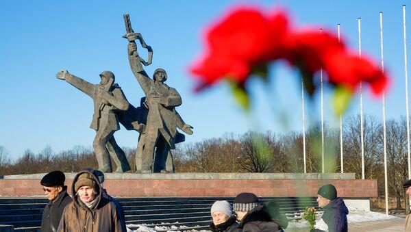 Церемония возложения венков и цветов к памятнику Освободителям Риги в Пардаугаве, 22 февраля 2019 года - Sputnik Латвия