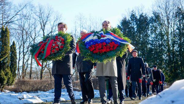 Церемония возложения венков и цветов к памятнику Освободителям Риги в Пардаугаве, 22 февраля 2019 года - Sputnik Latvija