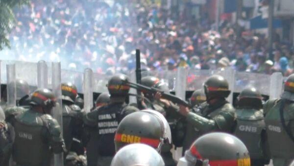 Столкновения на границе Венесуэлы и Колумбии - сотни пострадавших - Sputnik Латвия