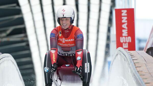 Кендия Апарйоде (Латвия) на финише командной эстафеты в рамках IX этапа Кубка мира по санному спорту в Сочи. - Sputnik Латвия