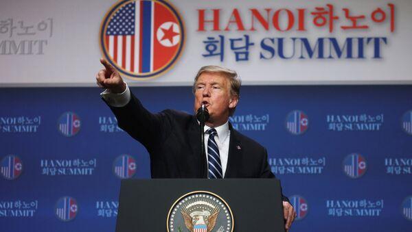 Президент США Дональд Трамп во время пресс-конференции по итогам саммита с лидером КНДР Ким Чен Ыном в Ханое - Sputnik Латвия