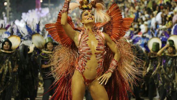 Участница Juliana Paes из школы Grande Rio Samba на карнавале в Рио-де-Жанейро, Бразилия - Sputnik Латвия